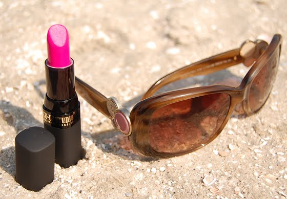 lipstick_sunglasses_beach The Beauty Musthaves -  Beach look