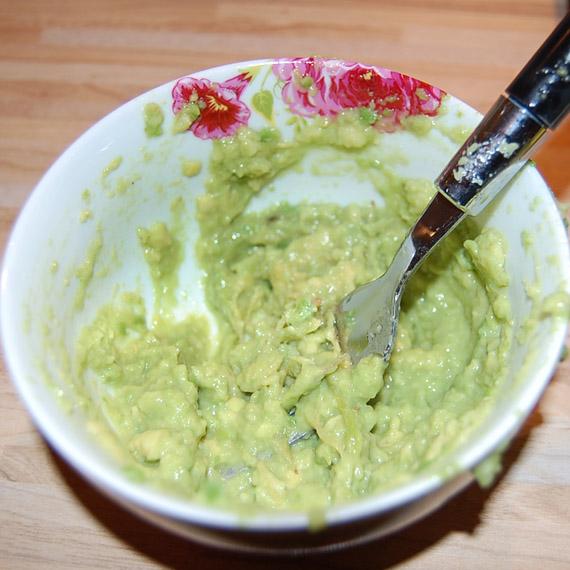 advocado-masker-pletten-vork DIY: Avocado masker (goed voor een droge huid)