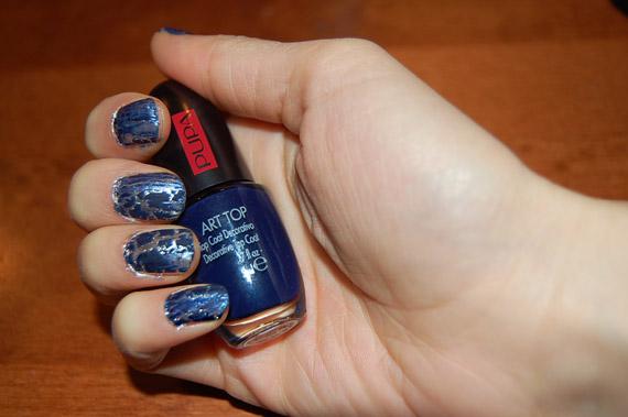 base-blauwe-pupa-nagellak Manicure: Zilveren lak met marine blauwe craquelé