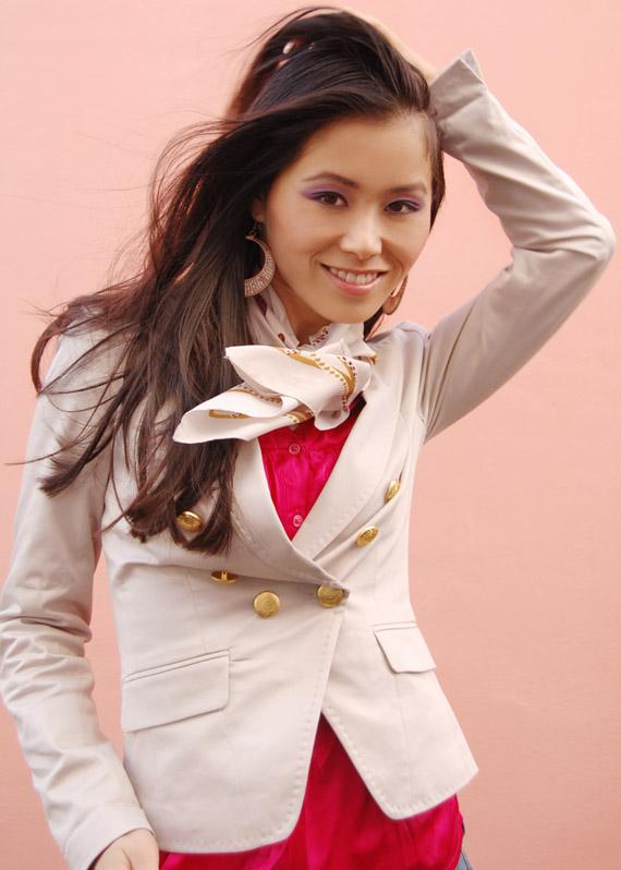 roze-blazer-gouden-knoopjes-my-huong Fashion: Witte blazer met gouden knoopjes