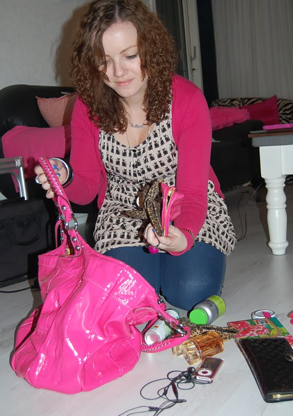 Ellen-van-der-Weide-tas-guess-fashion-accesssoires-hotpink What's in Ellen's bag?