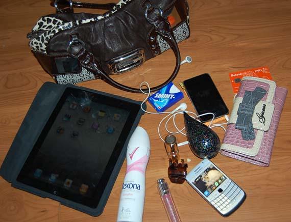 Marieke-dijkstra-tas-guess-ipad-blackberry-white-rexona-YSL- What's in Marieke's bag?