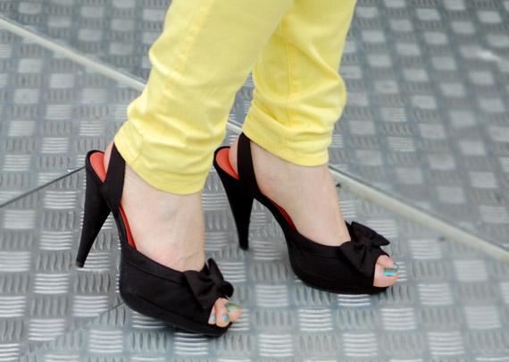 zwarte-pumps-onder-gele-broek Look:  The Yellow pants!