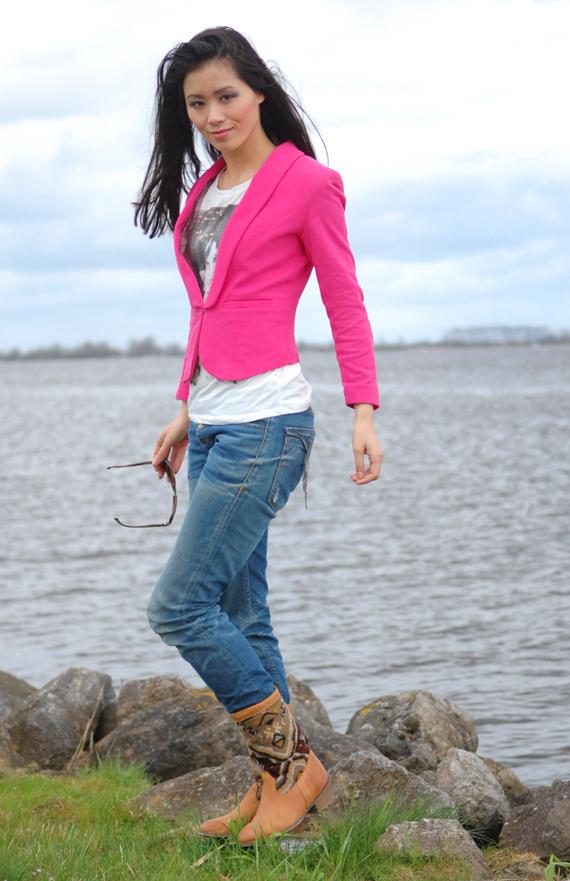 My-Huong-Kelim-boots Trend: roze blazer, hoe combineren?