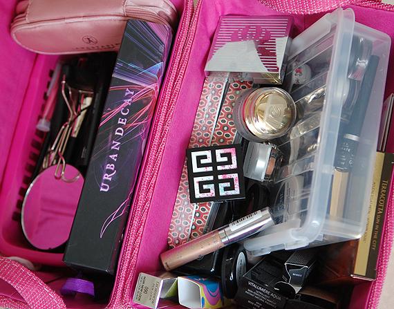 daily-stash-roze-mandjes Je stash organiseren in een make-up trolley