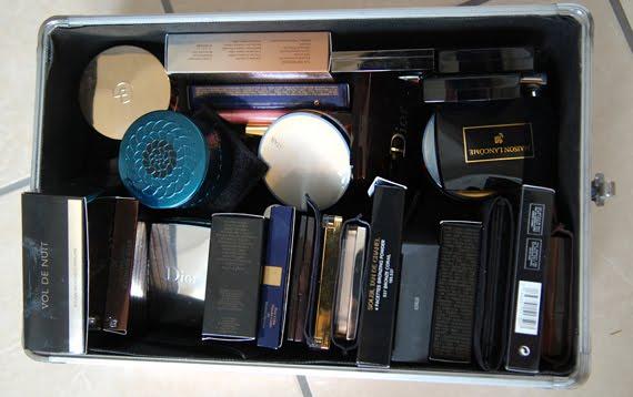 make-up-koffer-suitcase-blushes-poeders-highlighters-luxe-merken Je stash organiseren in een make-up trolley