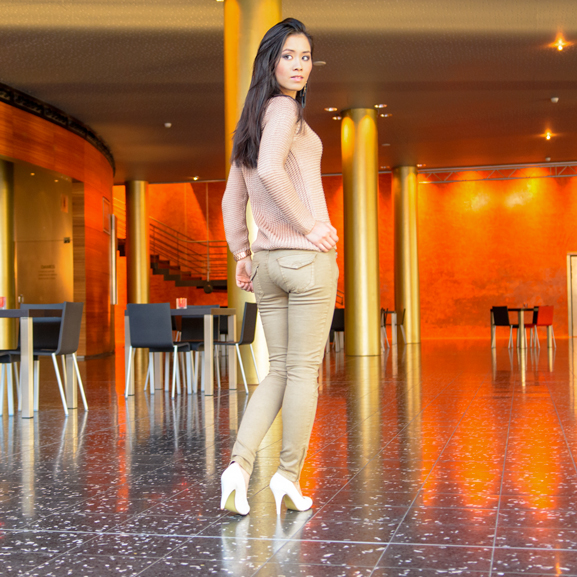 max-30-look-rose-gold-trui-kaki-broek-white-pumps WIN! Chique Passion Rose outfit bij Max30.nl t.w.v. 80,85 euro