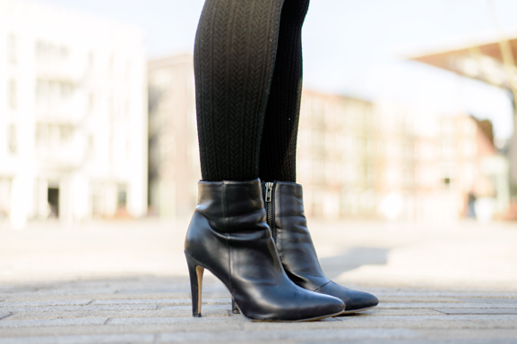 Enkellaarsjes-HM-Ankle-Boots-Black-leather OUTFIT: The striped dress