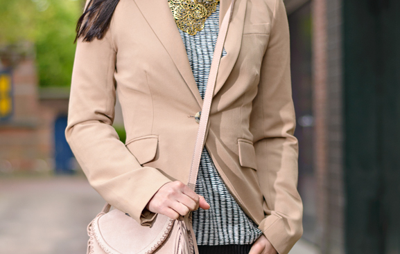 Blazer-mango-suede-bag-top-hm-only-outfit-casual Outfit: Casual look met leder bruine laarsjes van Miss Roberta