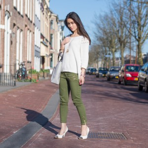 My-Huong-outfit-of-the-day-fashion-blogger-kaki-army-green-pants-pointed-heels-300x300 Outfit: Comfi look