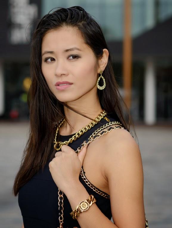 My-Huong-model-golden-look Outfit: Zwart jurkje met gouden accessoires
