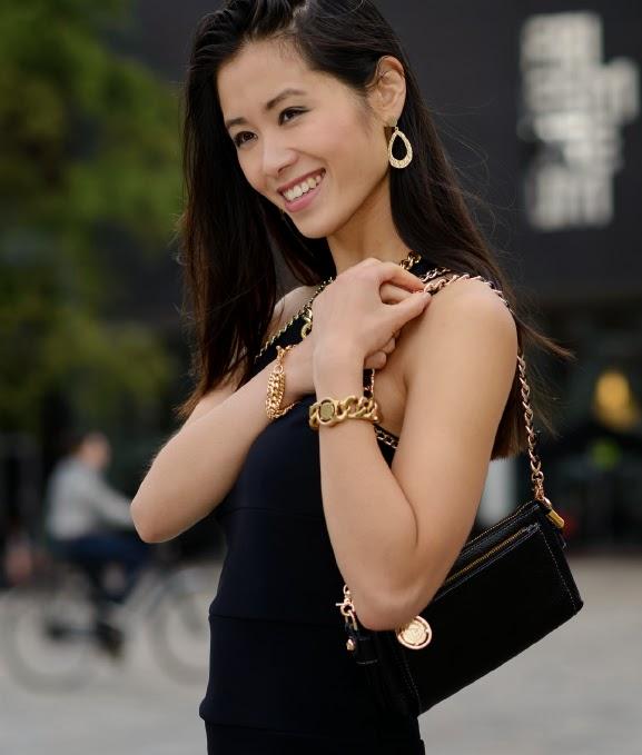 My-Huong-tov-essentails-gold Outfit: Zwart jurkje met gouden accessoires