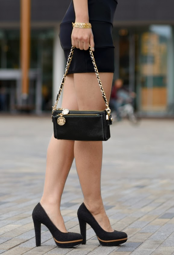 TOV-essentials-bag-gold-black Outfit: Zwart jurkje met gouden accessoires