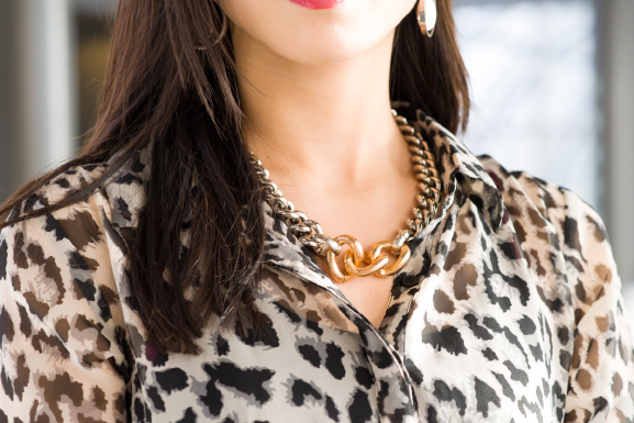 Tov-essentials-sieraden Outfit: Leather pants vs. Animal print top