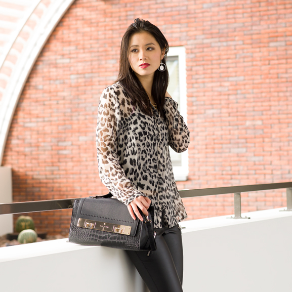 nelly-trend-outfit-blouse-lederen-broek Outfit: Leather pants vs. Animal print top