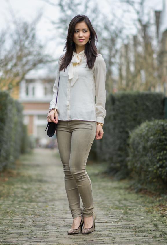 blouse-outfit-green-kaki-diesel-broek Outfit: Blouse met strik