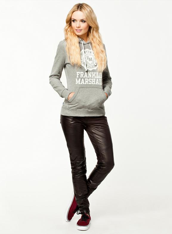 hoodie-combineren-leren-broek