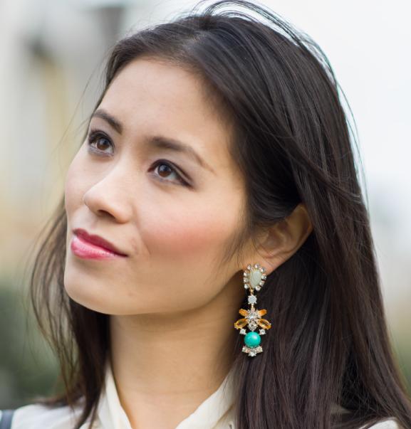 statement-earrings Outfit: Blouse met strik