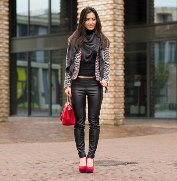 Outfit-black-leather-pants,-print-jack-and-touch-of-red