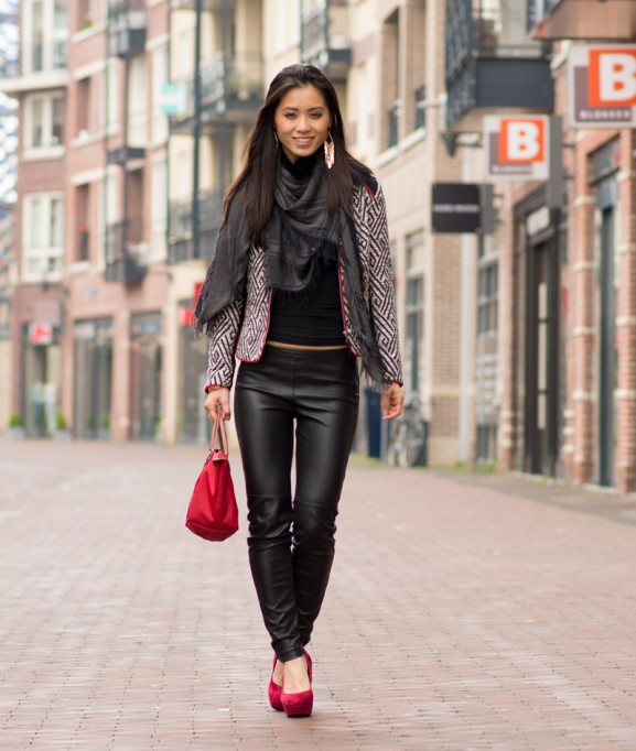 my-huong-outfit-look-black-leather-pants-red-longchamp-aztec