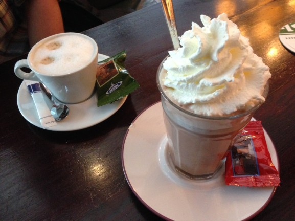 afspreken met thomas bij cafe de bras chocomelk met slagroom