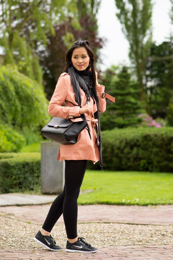 my-huong-nikes-free-run-outfit-trenchcoat-roze-coral