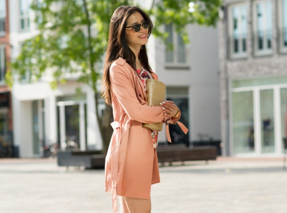 rayban-clubmaster-outfit-peachy-trenchcoat-koraal-rpze-577x428 Outfit: Peachy city look