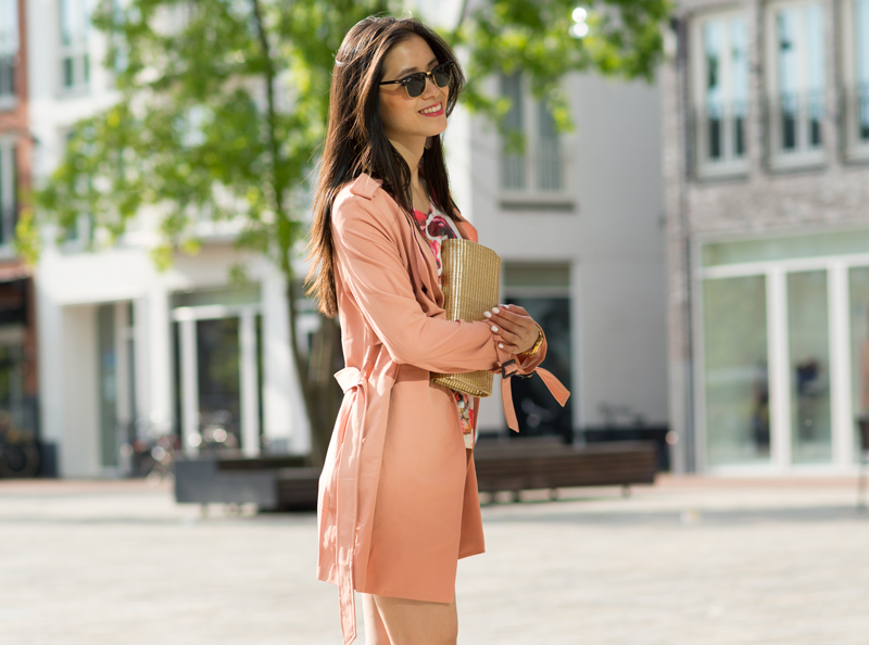 45d8439baf1654 rayban-clubmaster-outfit-peachy-trenchcoat-koraal-rpze ...