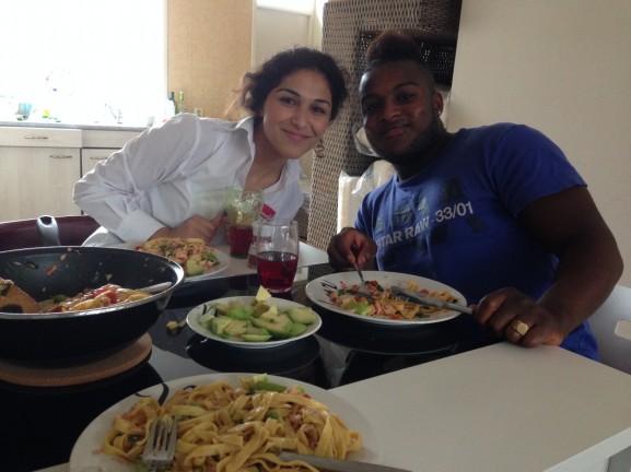 Lara en Loya zalm eten