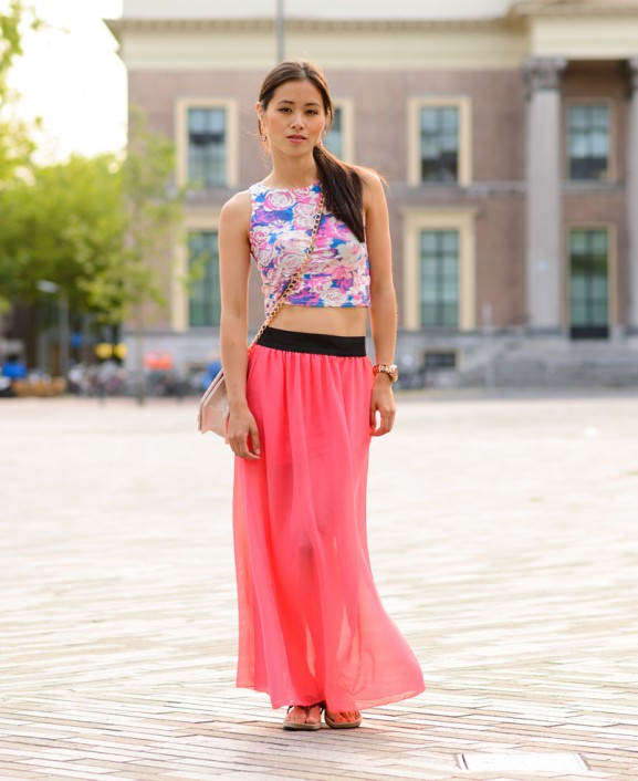 crop-top-outfit-skirt-look-577x706 Outfit: Bloemen Crop Top met Koraal Roze Maxi Skirt