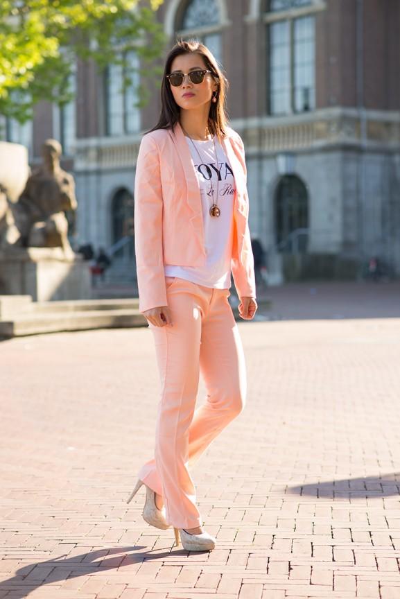 roze-pantalon-en-blazer-van-Voyar-le-rue
