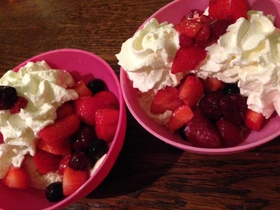 Vanille-ijs-aarbei-slagroom-577x432 Diary: Werken, Uit eten & Fitness
