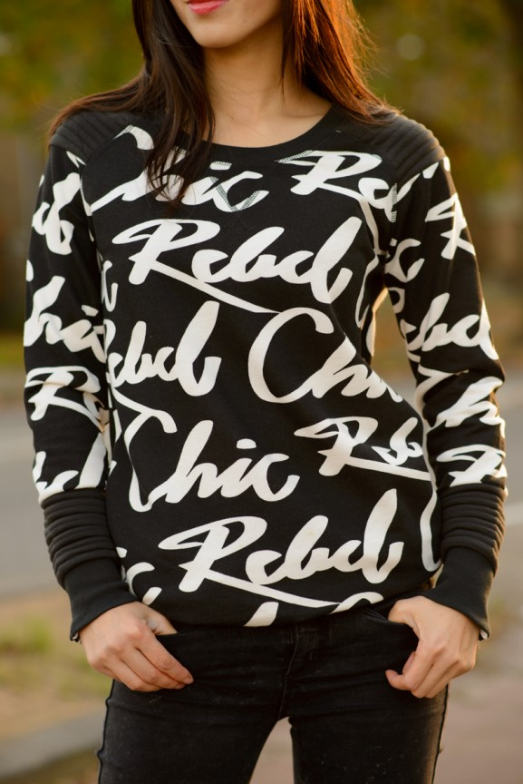 Rebel-chic-trui-black-white-letters
