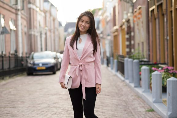 Pink-coat-hm-577x385 Outfit: White sneakers