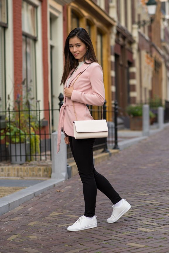 pink-coat-combinate-white-sneakers-pants-blogger