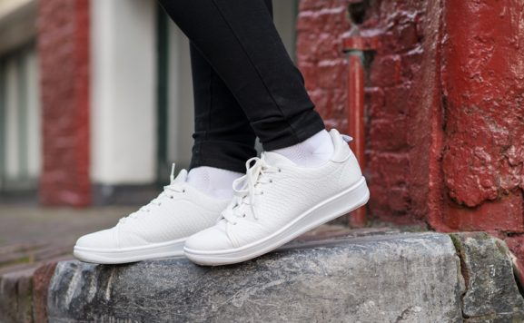 white-sneaker-witte-sneakers-schubben-adidas-look-a-like-577x356 Outfit: White sneakers