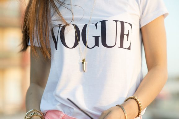 Mi-Moneda-Pendal-ketting-Vogue-tshirt-577x385 Outfit: Vogue t-shirt
