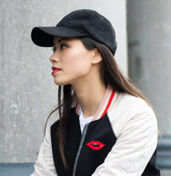 Red-Lips_Bomberjack_Maison-Scotch_Cap-Suede-Black-577x596 Outfit: Red lips bomberjacket